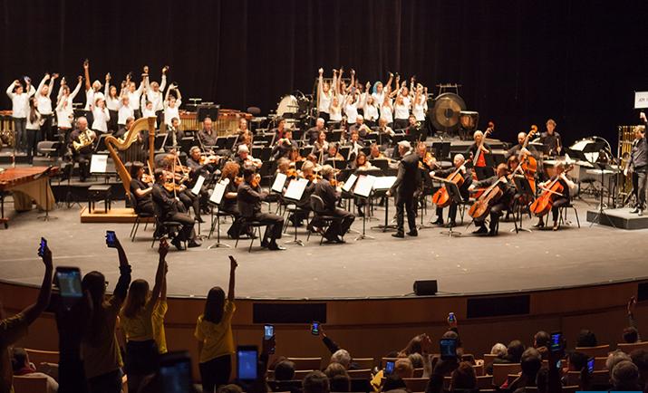 Geek bagatelles pour orchestre et ensemble de smartphones