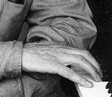 Bernard Cavanna, auteur, compositeur, cinéaste portrait profil piano
