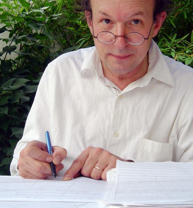 Bernard Cavanna, auteur, compositeur, cinéaste portrait face jardin